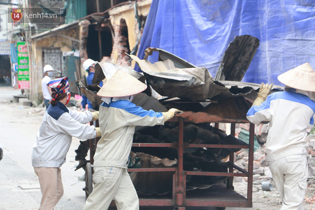 Toàn bộ nhà xưởng công ty phích nước Rạng Đông được quây kín bạt sau vụ cháy kinh hoàng - Ảnh 9.