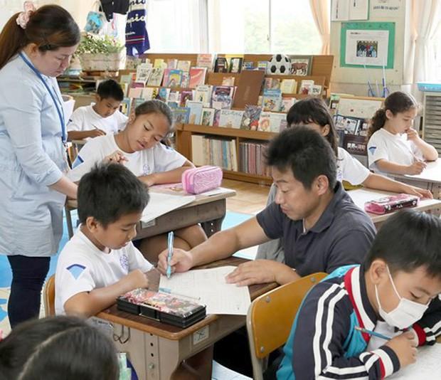 """Mẹ thần đồng Đỗ Nhật Nam chia sẻ kỉ niệm thời đi học cấp một từng bị cô giáo """"trù"""": Làm đau, làm tổn thương một đứa trẻ có thể để lại những kí ức xấu xí suốt cả cuộc đời - Ảnh 1."""