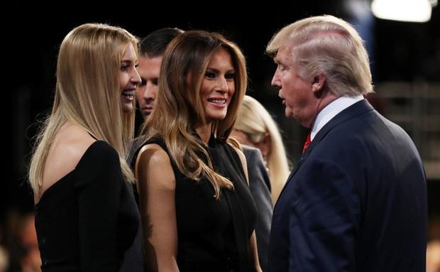 Xuất hiện với khí chất con nhà nòi tại sân bay nhưng diện mạo chưa từng có suốt 15 năm của Ivanka Trump mới là điều gây chú ý - Ảnh 1.