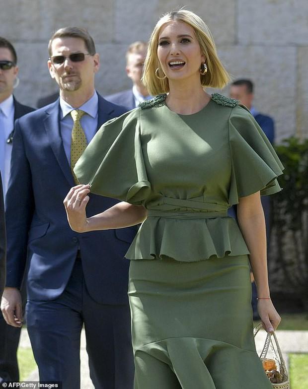 Bao điểm thời trang sang chảnh của ái nữ Tổng thống Trump bỗng bay biến sạch sẽ chỉ vì một cơn gió vô tình - Ảnh 1.