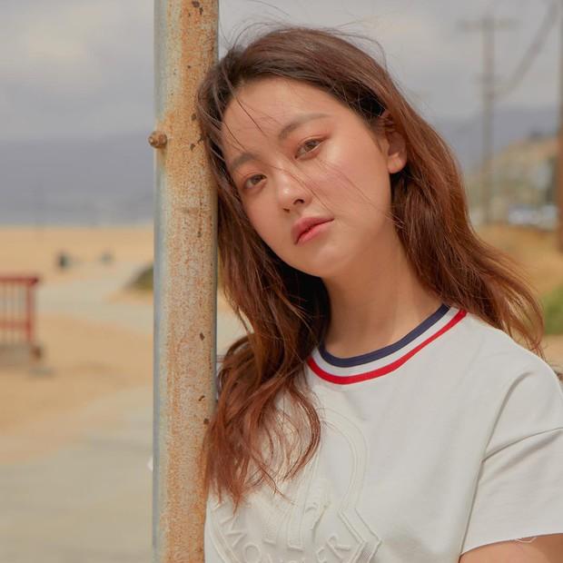 Tiểu tam tin đồn đòi kiện Goo Hye Sun: Thường xuyên lên đồ như nữ sinh dù đã 32 tuổi - Ảnh 1.