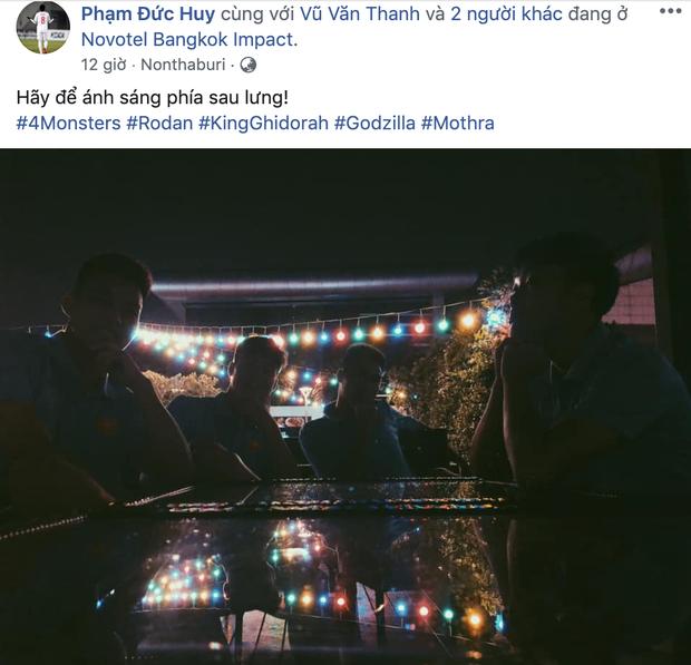 Văn Toàn rủ Quang Hải chụp ảnh tự sướng, fan chắc mẩm: Đội hình đá chính trận Việt Nam và Thái Lan đây rồi - Ảnh 3.
