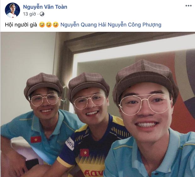 Văn Toàn rủ Quang Hải chụp ảnh tự sướng, fan chắc mẩm: Đội hình đá chính trận Việt Nam và Thái Lan đây rồi - Ảnh 1.