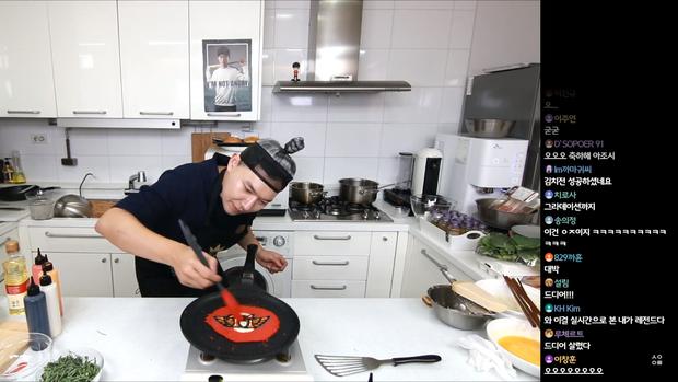 Đầu bếp fan cuồng Faker: Siêu đẹp trai, nổi tiếng Hàn Quốc vừa livestream làm hamburger cực đẹp mừng SKT vô địch LCK - Ảnh 4.