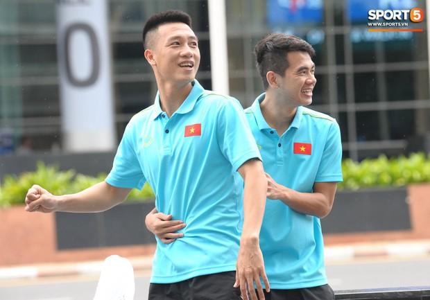 Xuân Trường cà khịa Hồng Duy, tuyển thủ Việt Nam tươi rói sẵn sàng đấu Thái Lan - Ảnh 4.