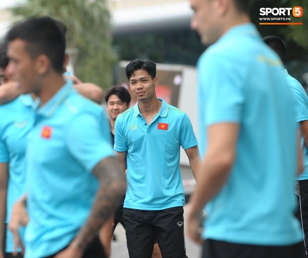 Xuân Trường cà khịa Hồng Duy, tuyển thủ Việt Nam tươi rói sẵn sàng đấu Thái Lan - Ảnh 8.