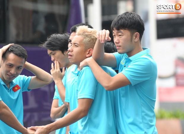 Xuân Trường cà khịa Hồng Duy, tuyển thủ Việt Nam tươi rói sẵn sàng đấu Thái Lan - Ảnh 3.