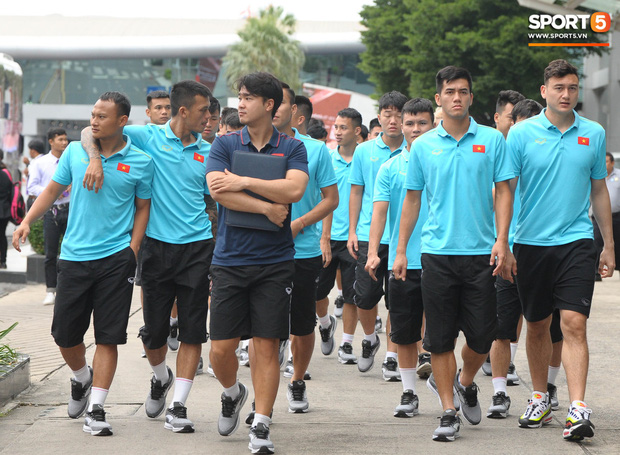 Xuân Trường cà khịa Hồng Duy, tuyển thủ Việt Nam tươi rói sẵn sàng đấu Thái Lan - Ảnh 2.
