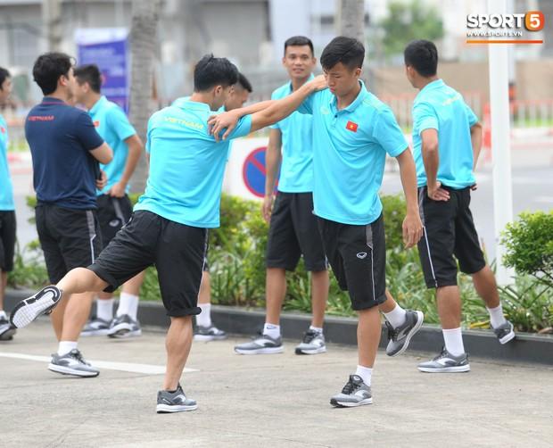 Xuân Trường cà khịa Hồng Duy, tuyển thủ Việt Nam tươi rói sẵn sàng đấu Thái Lan - Ảnh 11.