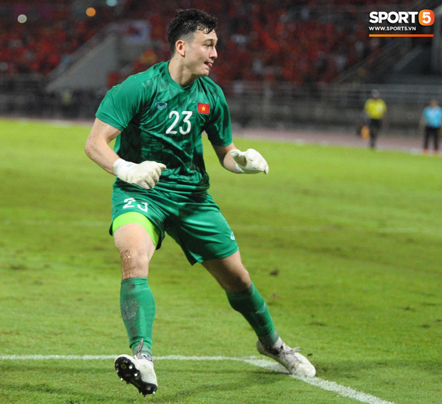 Đặng Văn Lâm: Cái gạt tay lau mồ hôi và áp lực đối đầu tuyển Thái Lan khi đang là cầu thủ Thái League - Ảnh 2.