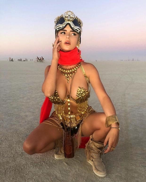 Bản sao Kylie gây sốc với trang phục dát vàng toàn bộ, nhưng dân tình chỉ dán mắt vào vòng 1 ngồn ngộn như chực trào - Ảnh 2.