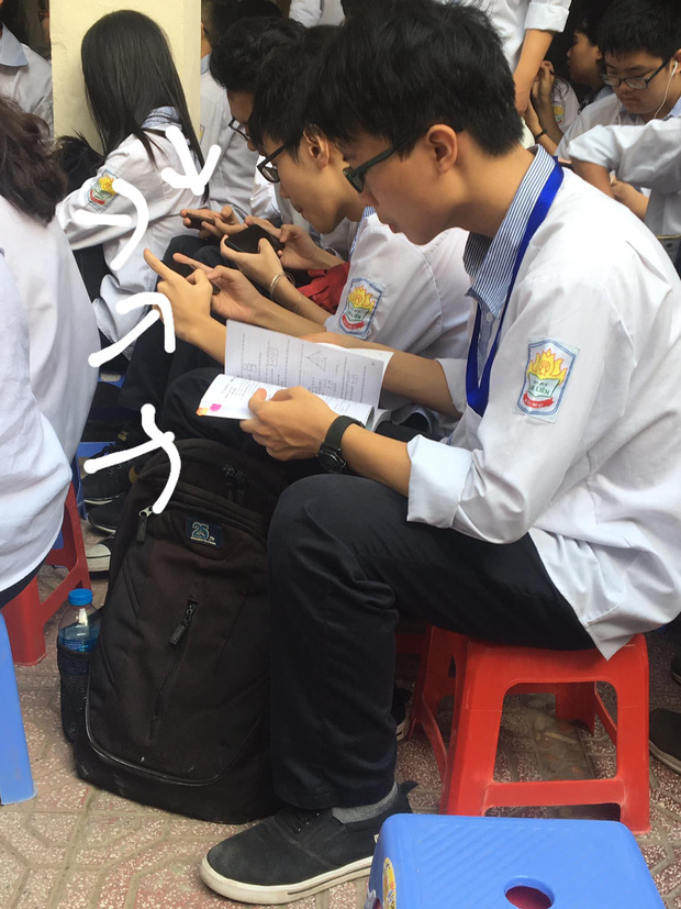Chăm ngoan trên lớp chưa đủ, hội con ngoan trò giỏi còn mang cả sách vở, bài tập ra sân trường ngồi học trong ngày khai giảng - Ảnh 1.