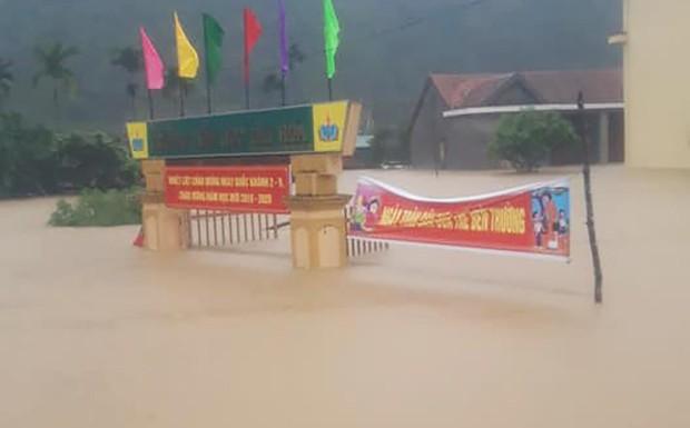 Hơn 200 trường học ở Quảng Bình không thể khai giảng vì mưa lũ - Ảnh 1.