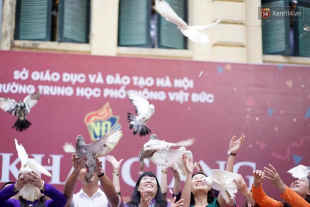 Ngôi trường THPT ở Hà Nội được khen ngợi hết lời vì thả chim bồ câu thay vì thả bóng bay ngày khai giảng - Ảnh 6.