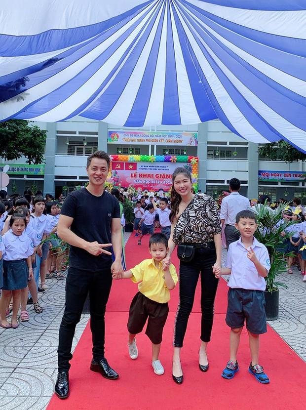 Vợ chồng Đăng Khôi, MC Hoàng Linh cùng dàn sao Việt rộn ràng đưa con cưng đến trường ngày đầu năm học mới - Ảnh 1.