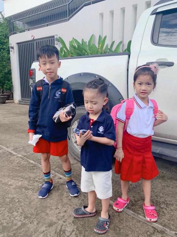 Vợ chồng Đăng Khôi, MC Hoàng Linh cùng dàn sao Việt rộn ràng đưa con cưng đến trường ngày đầu năm học mới - Ảnh 3.