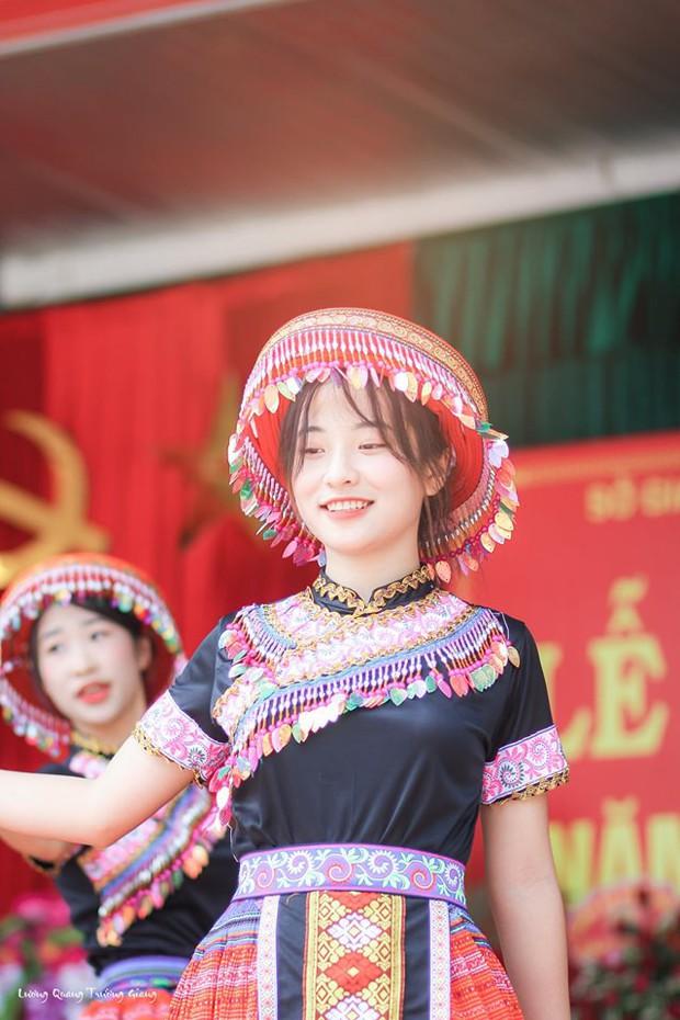 Múa cover Để Mị nói cho mà nghe, nữ sinh Thái Nguyên nhận bão like nhờ thần thái cùng vẻ ngoài xinh nổi bật - Ảnh 4.