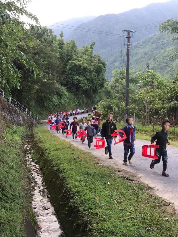 Hình ảnh xúc động: Trẻ em vùng cao đi bộ hàng dài, xách ghế nhựa hân hoan đến điểm trường dự lễ khai giảng - Ảnh 2.