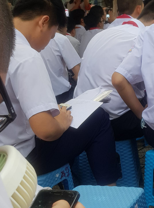 Chăm ngoan trên lớp chưa đủ, hội con ngoan trò giỏi còn mang cả sách vở, bài tập ra sân trường ngồi học trong ngày khai giảng - Ảnh 2.
