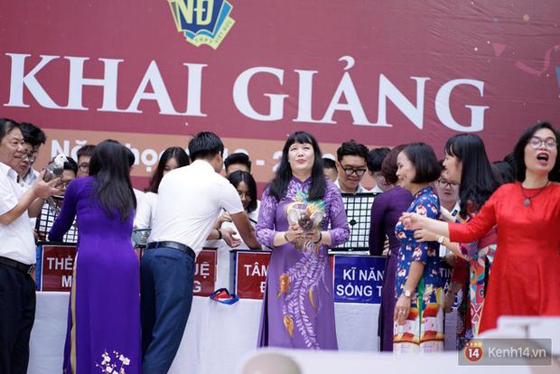 Ngôi trường THPT ở Hà Nội được khen ngợi hết lời vì thả chim bồ câu thay vì thả bóng bay ngày khai giảng - Ảnh 2.