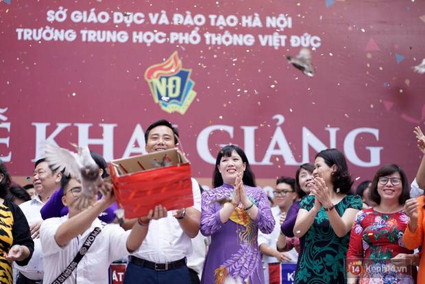 Ngôi trường THPT ở Hà Nội được khen ngợi hết lời vì thả chim bồ câu thay vì thả bóng bay ngày khai giảng - Ảnh 4.