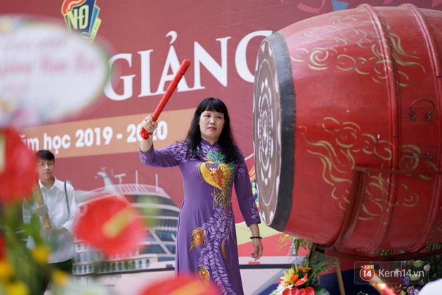 Ngôi trường THPT ở Hà Nội được khen ngợi hết lời vì thả chim bồ câu thay vì thả bóng bay ngày khai giảng - Ảnh 1.