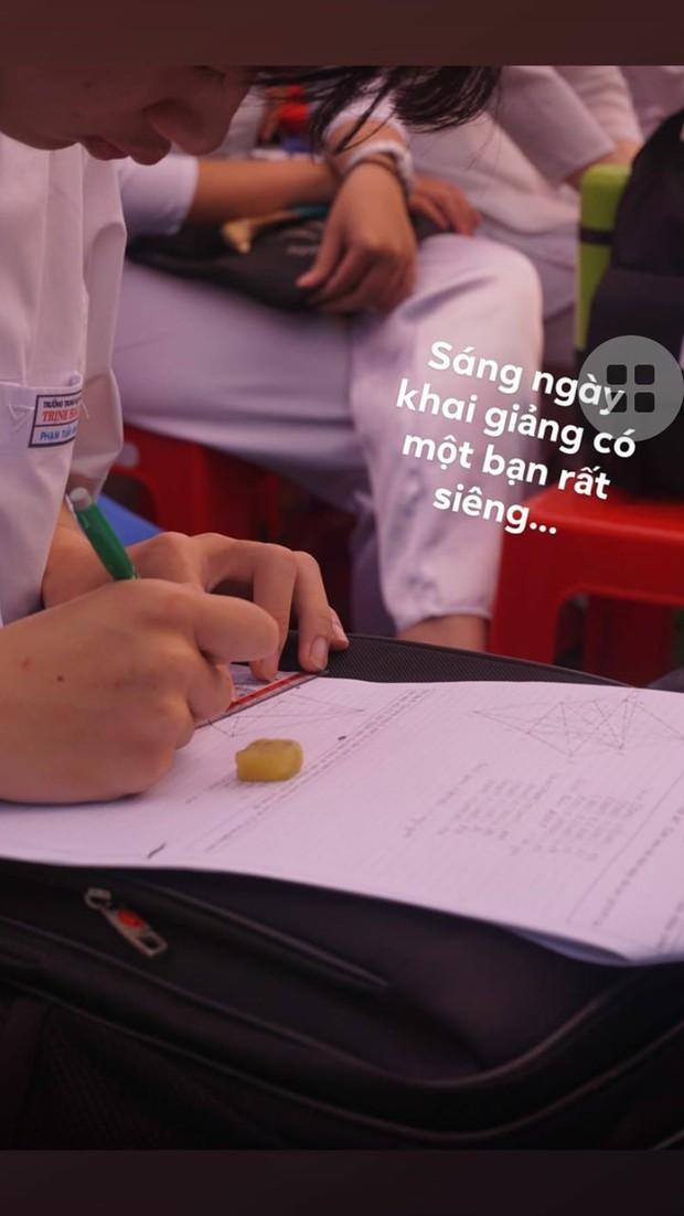 Chăm ngoan trên lớp chưa đủ, hội con ngoan trò giỏi còn mang cả sách vở, bài tập ra sân trường ngồi học trong ngày khai giảng - Ảnh 3.