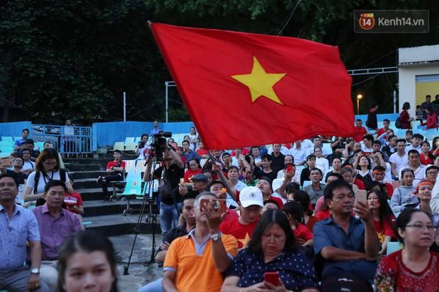 CĐV Việt Nam hài lòng với 1 điểm giành được trên sân khách sau trận hòa không bàn thắng trước Thái Lan - Ảnh 1.