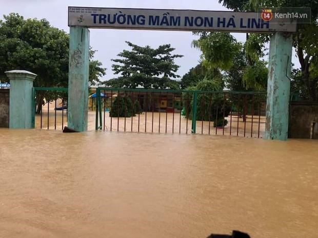 Clip: Mưa lũ kinh hoàng cô lập nhiều trường học, 26.000 học sinh Hà Tĩnh không thể khai giảng năm học mới - Ảnh 2.