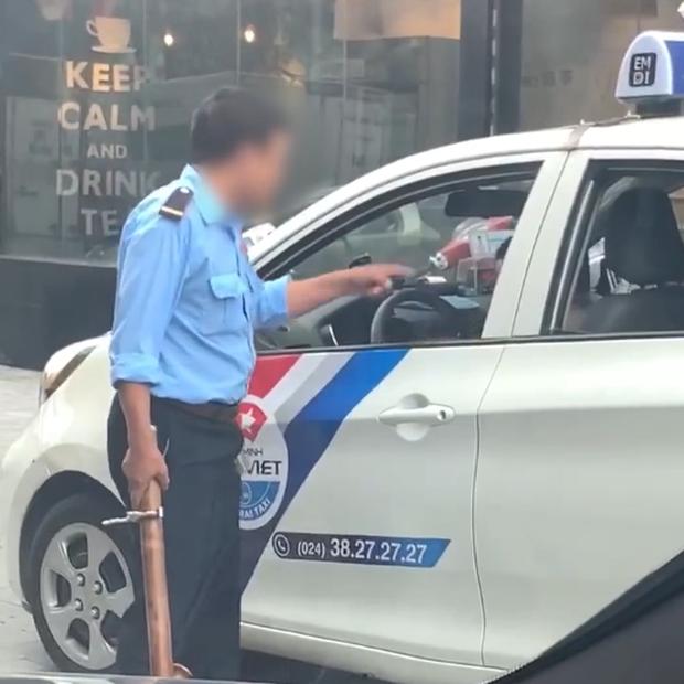 Clip: Bị bảo vệ vác điếu cày dọa vì đỗ xe trước cửa quán, tài xế taxi nổi đóa rút gậy 3 khúc đuổi đánh - Ảnh 2.