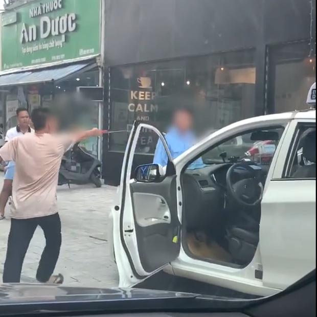 Clip: Bị bảo vệ vác điếu cày dọa vì đỗ xe trước cửa quán, tài xế taxi nổi đóa rút gậy 3 khúc đuổi đánh - Ảnh 3.