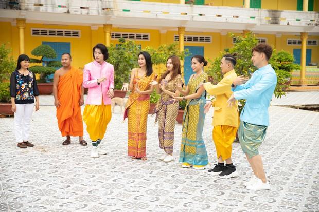 Thủy Tiên và mẹ lần đầu chia sẻ câu chuyện gia đình hiến đất xây dựng Chùa tại Kiên Giang - Ảnh 5.