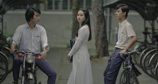 Trở về hồi ức tuổi trẻ cùng Mắt Biếc: Hà Lan đẹp đến nao lòng trong tà áo dài trắng bên chàng Ngạn si tình mùa tựu trường - Ảnh 4.