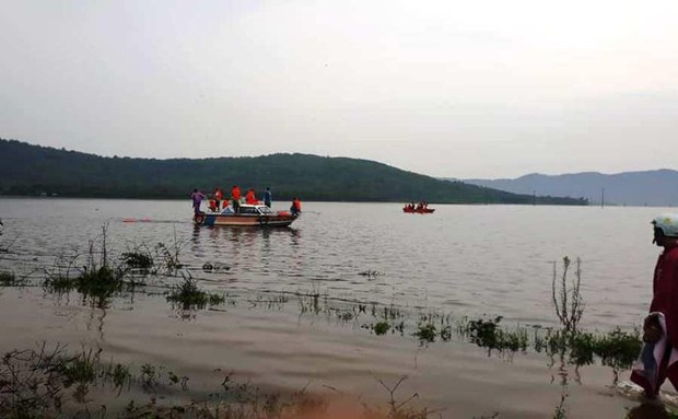 Chèo thuyền đi bắt cá, 2 người dân bị lật tử vong trong dòng nước lũ - Ảnh 1.