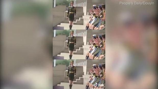 Nữ quân nhân gây sốt MXH vì nhan sắc tựa thiên thần, bỏ nghề người mẫu nội y để tham gia quân đội - Ảnh 3.
