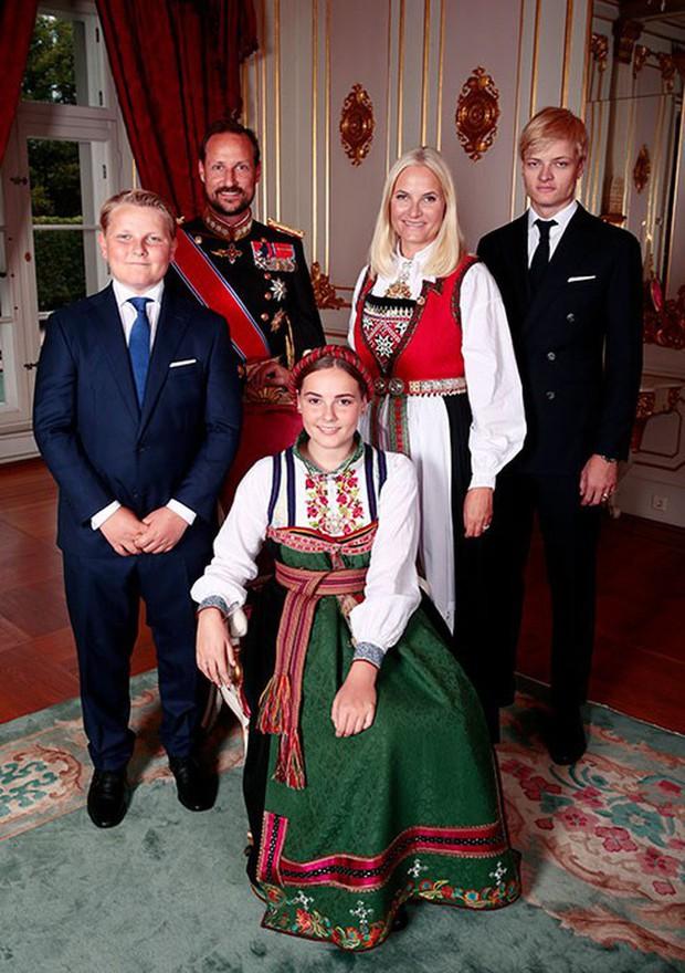 Công chúa Na Uy vừa 15 tuổi đã trổ mã xinh đẹp, đụng hàng với công nương Kate mà chẳng hề kém cạnh - Ảnh 2.