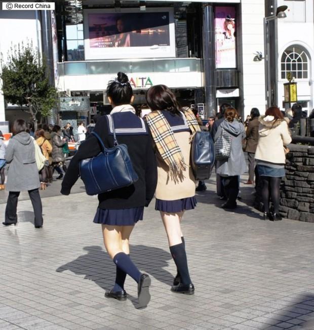 Đồng phục nữ sinh các nước: Hàn Nhật đẹp và trendy, Anh Mỹ lại chân phương không tưởng - Ảnh 2.