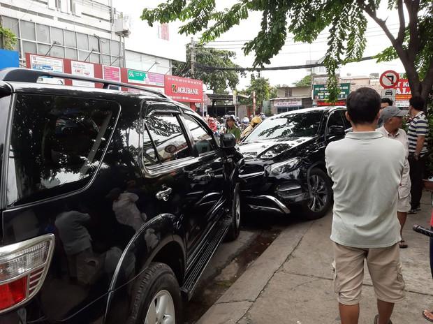 TP.HCM: Xe điên lao vào hàng loạt xe máy và ô tô, hất văng nhiều người ngã xuống đường  - Ảnh 2.