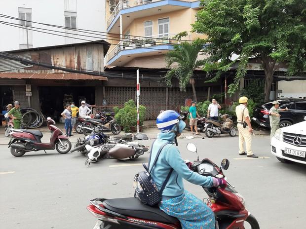 TP.HCM: Xe điên lao vào hàng loạt xe máy và ô tô, hất văng nhiều người ngã xuống đường  - Ảnh 1.
