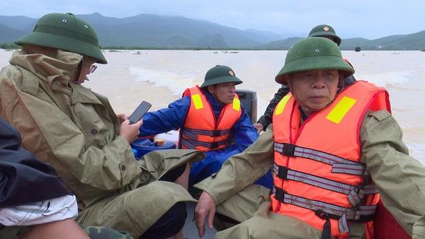 Thuyền lật khi thị sát vùng lũ, phó chủ tịch huyện và cán bộ gặp nạn trên sông Gianh - Ảnh 1.
