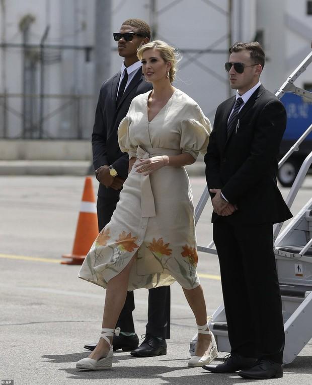 """Chưa rút kinh nghiệm từ công nương Meghan, Ivanka Trump lại bị chê """"khoe mẽ"""" khi diện váy đắt đỏ đi từ thiện - Ảnh 1."""