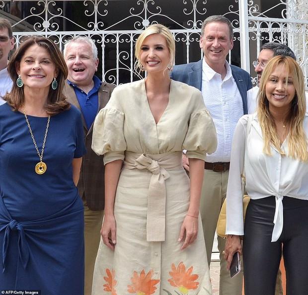 """Chưa rút kinh nghiệm từ công nương Meghan, Ivanka Trump lại bị chê """"khoe mẽ"""" khi diện váy đắt đỏ đi từ thiện - Ảnh 2."""