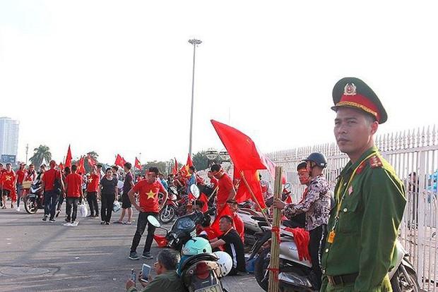 Công an Hà Nội chốt chặn chống đua xe sau trận Việt Nam - Thái Lan - Ảnh 1.