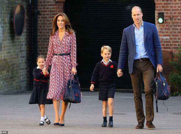 Sáng sớm ngày khai giảng, Công chúa Charlotte chững chạc diện bộ đồng phục trị giá hơn 11 triệu đồng - Ảnh 1.