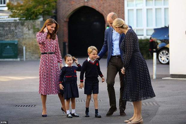 Sáng sớm ngày khai giảng, Công chúa Charlotte chững chạc diện bộ đồng phục trị giá hơn 11 triệu đồng - Ảnh 2.