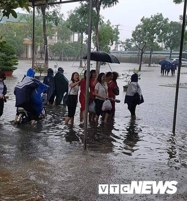Mưa lớn ròng rã, cô trò ở Hà Tĩnh lội nước đến trường trong ngày khai giảng - Ảnh 2.