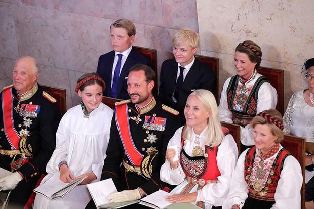 Công chúa Na Uy vừa 15 tuổi đã trổ mã xinh đẹp, đụng hàng với công nương Kate mà chẳng hề kém cạnh - Ảnh 3.