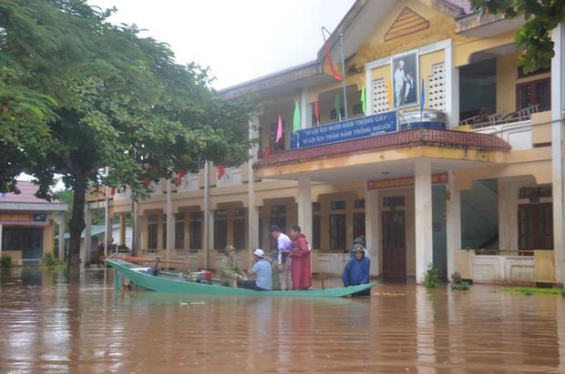 Thuyền lật khi thị sát vùng lũ, phó chủ tịch huyện và cán bộ gặp nạn trên sông Gianh - Ảnh 3.
