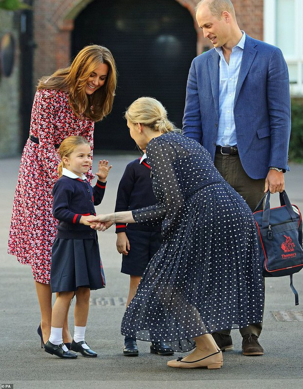 Sáng sớm ngày khai giảng, Công chúa Charlotte chững chạc diện bộ đồng phục trị giá hơn 11 triệu đồng - Ảnh 3.