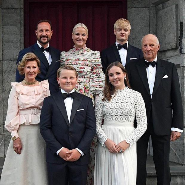 Công chúa Na Uy vừa 15 tuổi đã trổ mã xinh đẹp, đụng hàng với công nương Kate mà chẳng hề kém cạnh - Ảnh 4.
